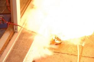 Wird ein LiPo falsch geladen, explodiert er unter starker Rauchentwicklung. Foto: CC BY-SA 2.0, Brett Samuel